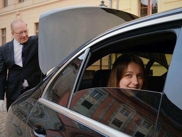 Gast mit Koffer Limousine