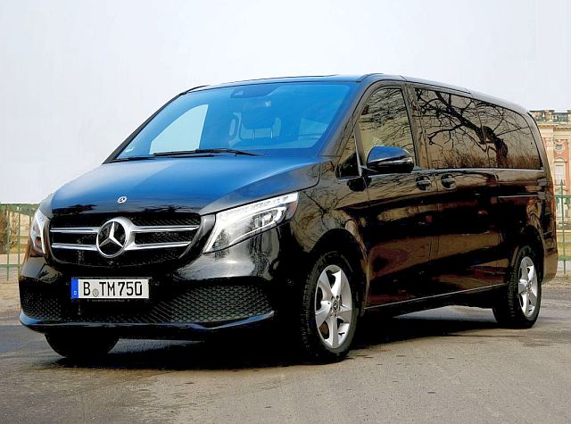 Mercedes V-Class in front of Neues Palais in Potsdam